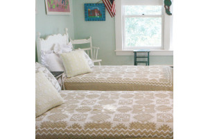 """Feathered Star"" in Champagne-White Twin Quilt 64"" x 85"""